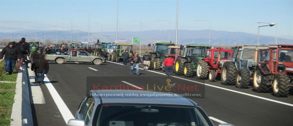 """Αγροτικά μπλόκα: """"ζεσταίνουν"""" τις μηχανές οι αγρότες"""