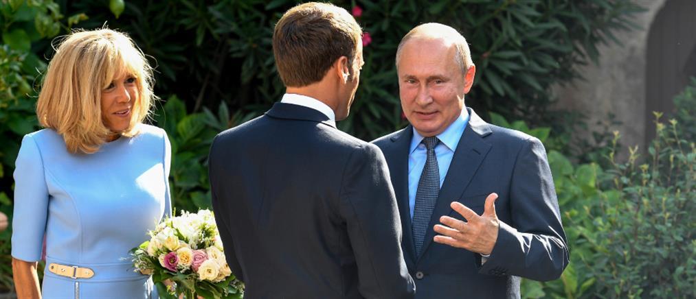 Ο Μακρόν υποδέχτηκε τον Πούτιν στην Μπρεγκανσόν (εικόνες)