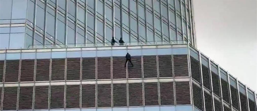 Άνδρας κρεμάστηκε από τον Trump Tower ζητώντας να μιλήσει με τον Αμερικανό Προέδρο