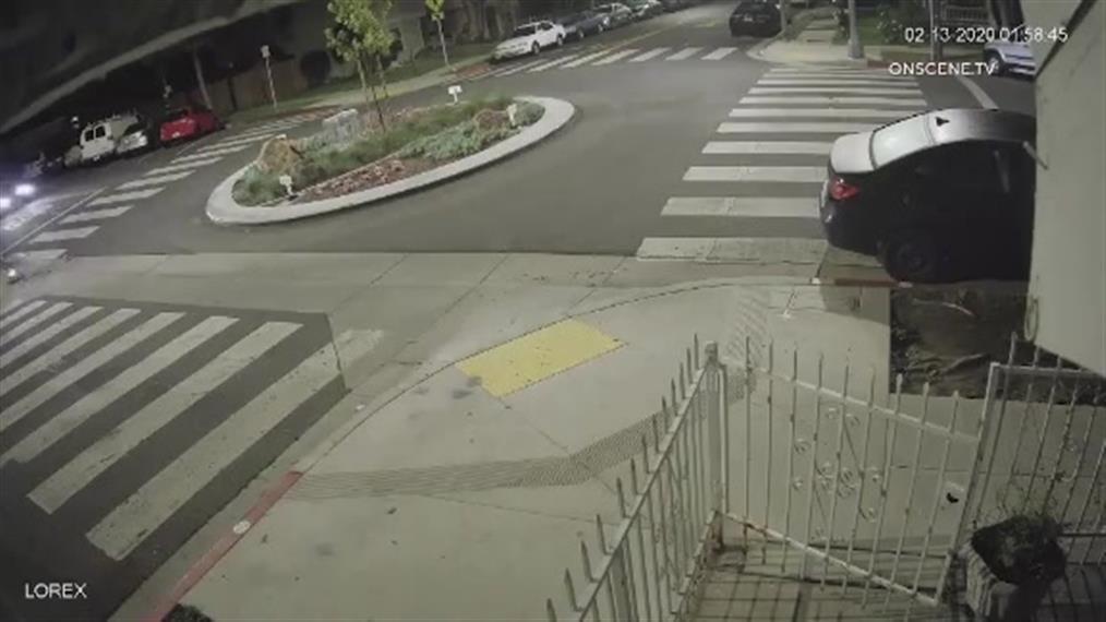 Αυτοκίνητο προσέκρουσε σε κυκλικό κόμβο και… απογειώθηκε