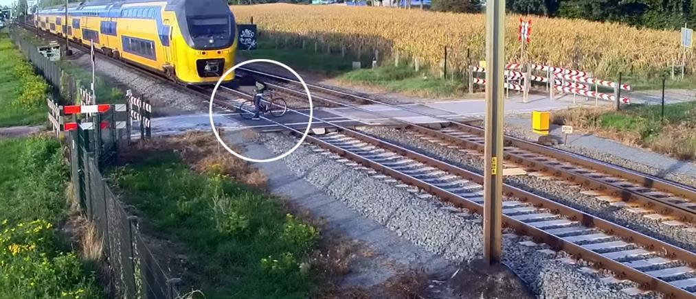 """Απρόσεκτος ποδηλάτης """"φλερτάρει"""" με τον θάνατο σε σιδηροδρομική διάβαση (βίντεο)"""