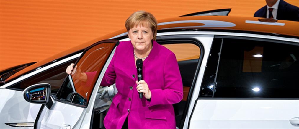 Απρόοπτο για την Μέρκελ στο Σαλόνι Αυτοκινήτου της Φρανκφούρτης (βίντεο)