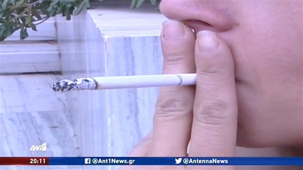 """""""Κόβει"""" το τσιγάρο και στις παιδικές χαρές ο Κικίλιας"""