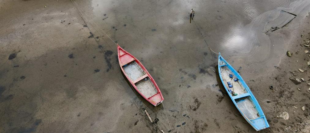 """""""Εξαφανίστηκε"""" η θάλασσα - Βάρκες βγήκαν στη στεριά (βίντεο)"""
