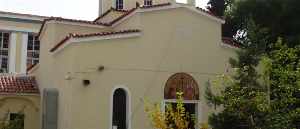 Έρευνα για ιερέα που φέρεται να κοινώνησε πιστούς από την πίσω πόρτα του ναού (εικόνες)