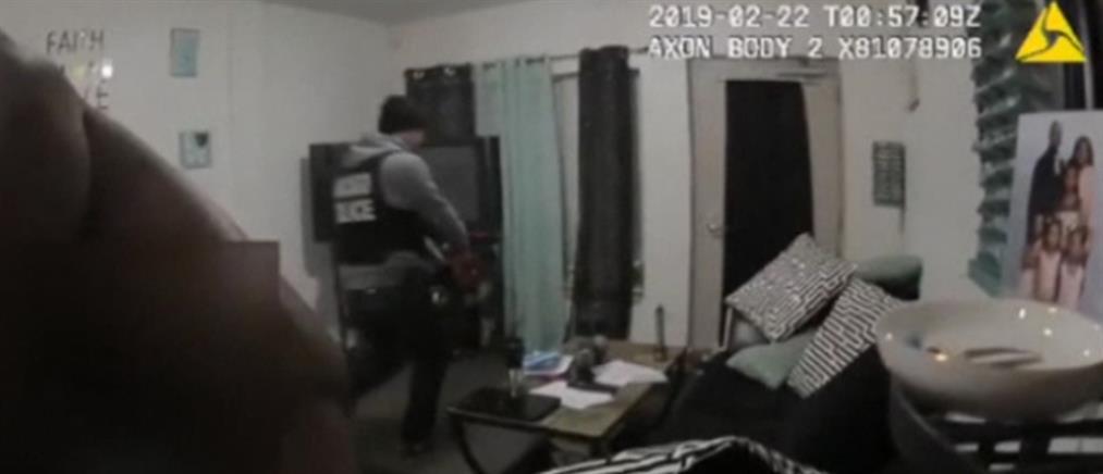 Αστυνομική έφοδος σε λάθος σπίτι και χειροπέδες στο γυμνό θύμα (βίντεο)