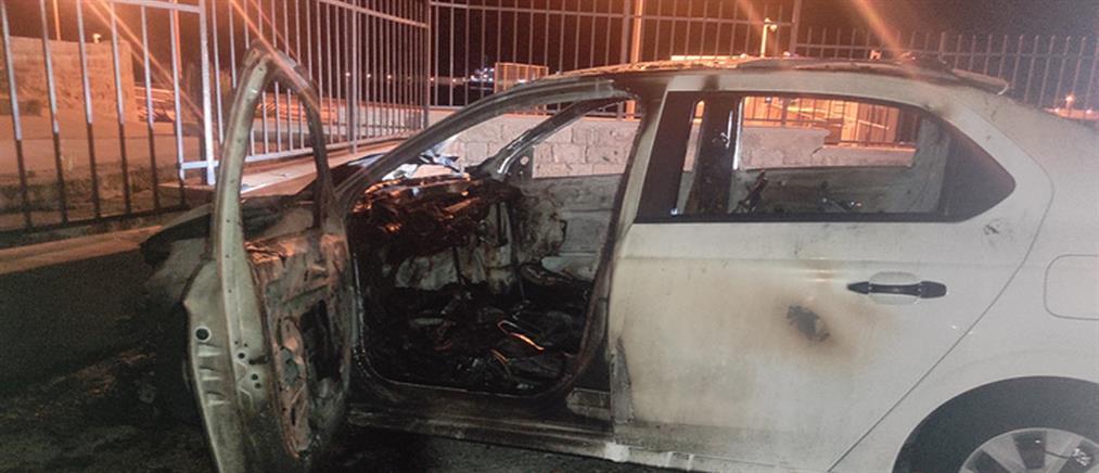 """Ρόδος: Αυτοκίνητο """"καρφώθηκε"""" σε τοίχο και πήρε φωτιά (εικόνες)"""