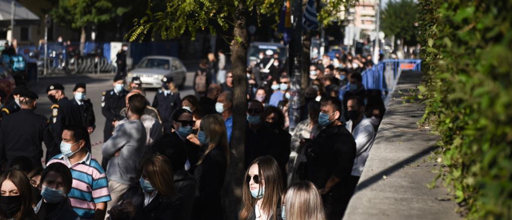 Θεσσαλονίκη: Ουρές και συνωστισμός έξω από τον Άγιο Δημήτριο (εικόνες)