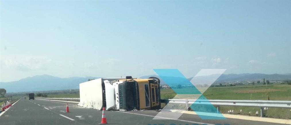 Φορτηγό ανετράπη στην Εγνατία Οδό (εικόνες)