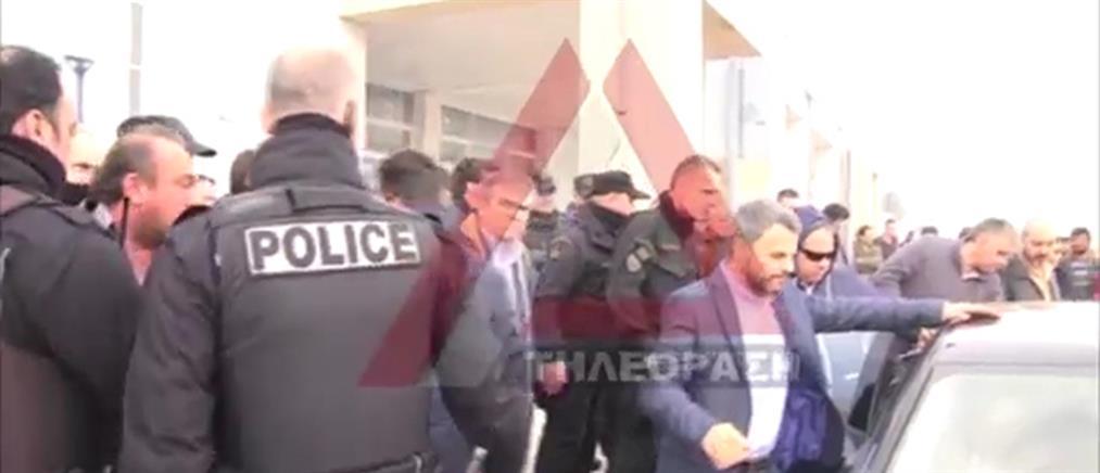 Αγρότες γιούχαραν βουλευτές του ΣΥΡΙΖΑ στο αεροδρόμιο Αλεξανδρούπολης (βίντεο)
