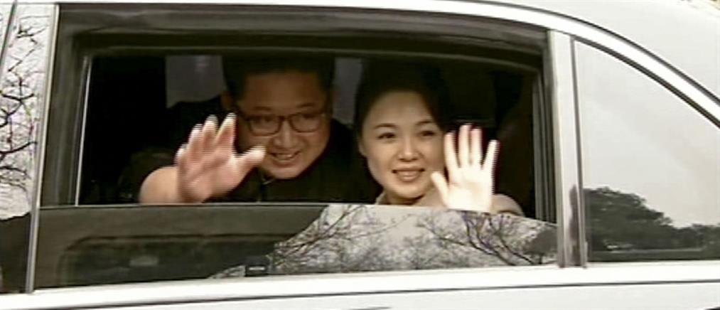 """Η σύζυγος του Κιμ Γιονγκ Ουν """"έκλεψε"""" την παράσταση στο Πεκίνο"""