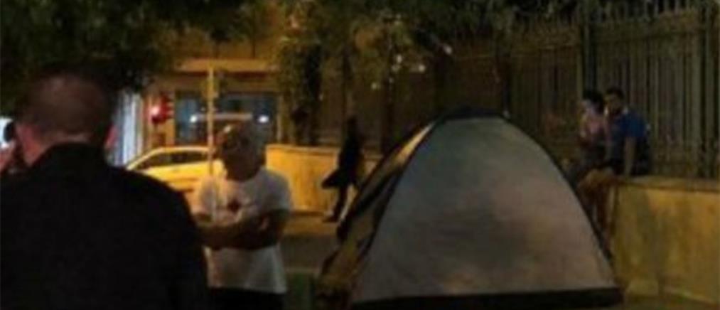 Συμβασιούχοι έστησαν σκηνές έξω από γραφεία του ΣΥΡΙΖΑ