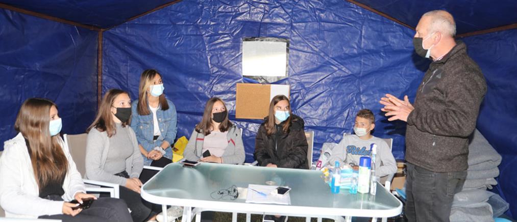"""Σεισμός στην Ελασσόνα: η """"μάχη"""" των μαθητών σε σκηνές και τροχόσπιτα (εικόνες)"""