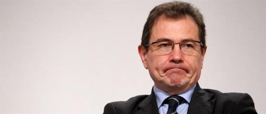 Ευρωβουλευτής συνελήφθη να αυνανίζεται δημοσίως