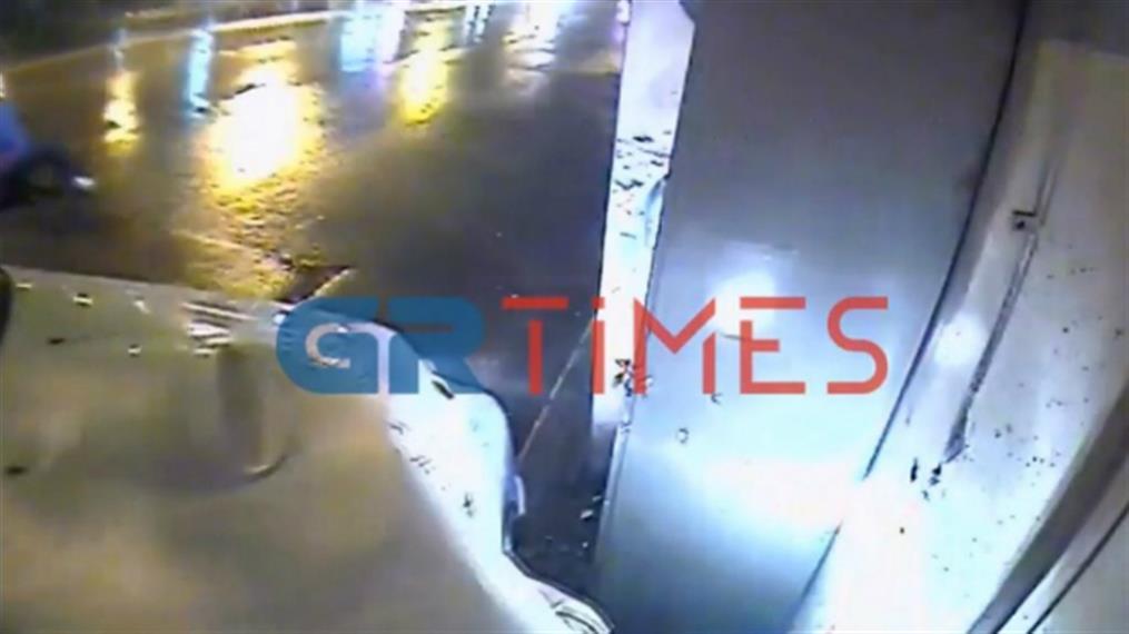 Θεσσαλονίκη: Η στιγμή που περιπολικό έπεσε σε περίπτερο