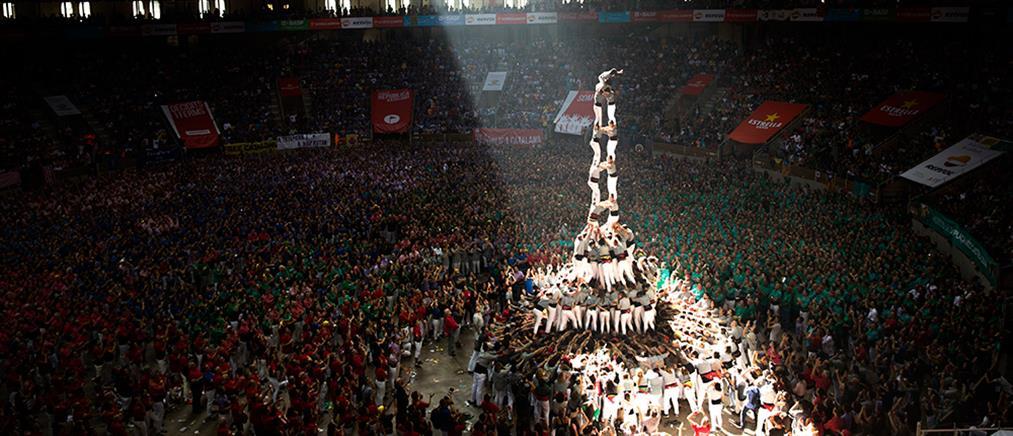 """Ο πρώτος """"ανθρώπινος πύργος"""" μετά το δημοψήφισμα στην Καταλονία (βίντεο)"""