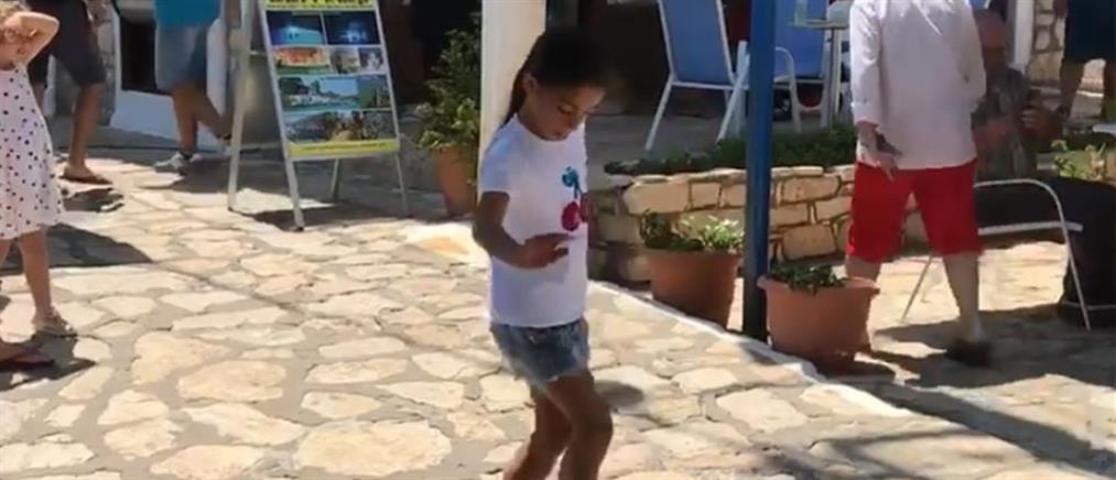 """Το απίστευτο ζεϊμπέκικο της μικρούλας που """"σαρώνει"""" στο διαδίκτυο (βίντεο)"""