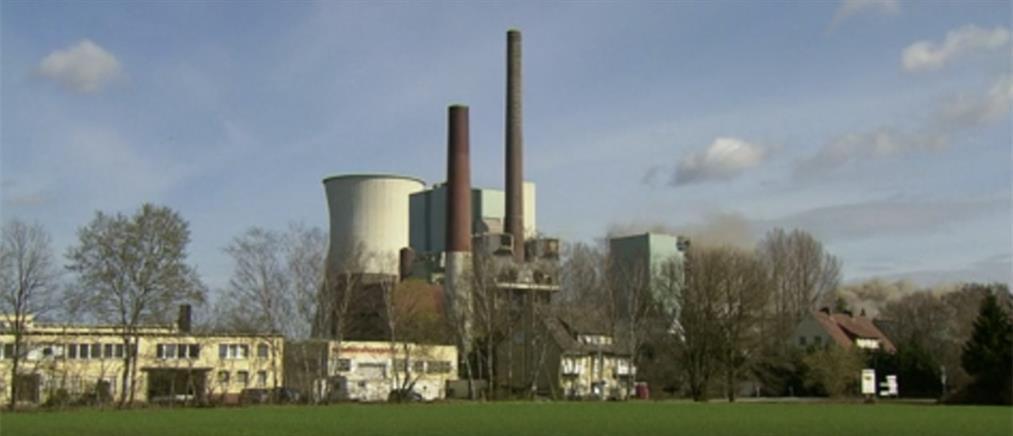 Εντυπωσιακές εικόνες από κατεδάφιση εργοστασίου (βίντεο)