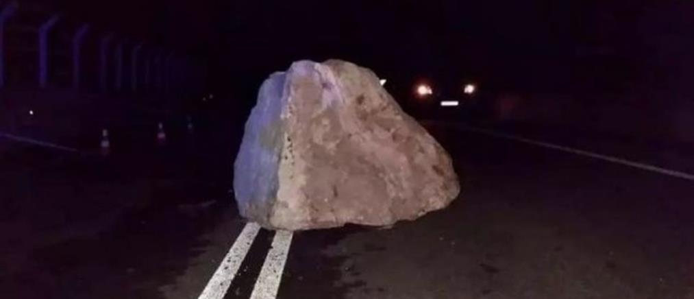 Κακοκαιρία: Βράχος έκοψε στα δύο την Εθνική Οδό