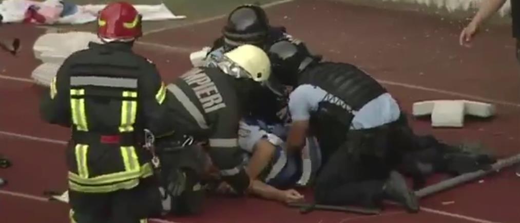 """Αστυνομικός πέφτει αναίσθητος από αντικείμενο που """"ήρθε"""" από τις κερκίδες (εικόνα)"""