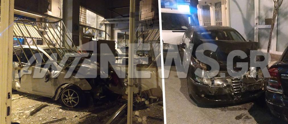 Αυτοκίνητο παρέσυρε τρία ΙΧ και καρφώθηκε σε κατάστημα (εικόνες)