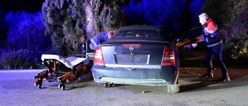 """Αυτοκίνητο """"καρφώθηκε σε δέντρο"""" (εικόνες)"""