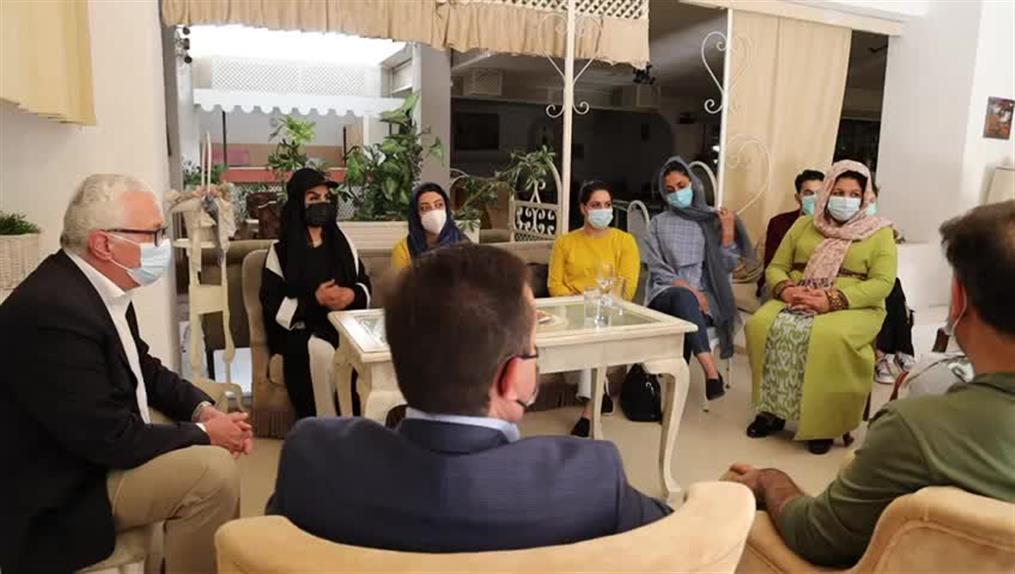Συνάντηση Μηταράκη με γυναίκες Αφγανές βουλευτές που έφτασαν στην Αθήνα