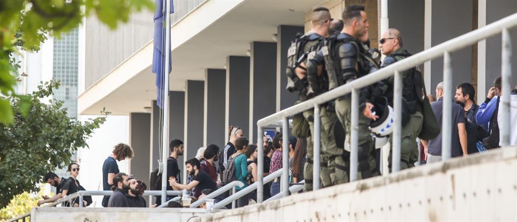 Ελεύθεροι με όρους για την εισβολή στο τουρκικό προξενείο (εικόνες)