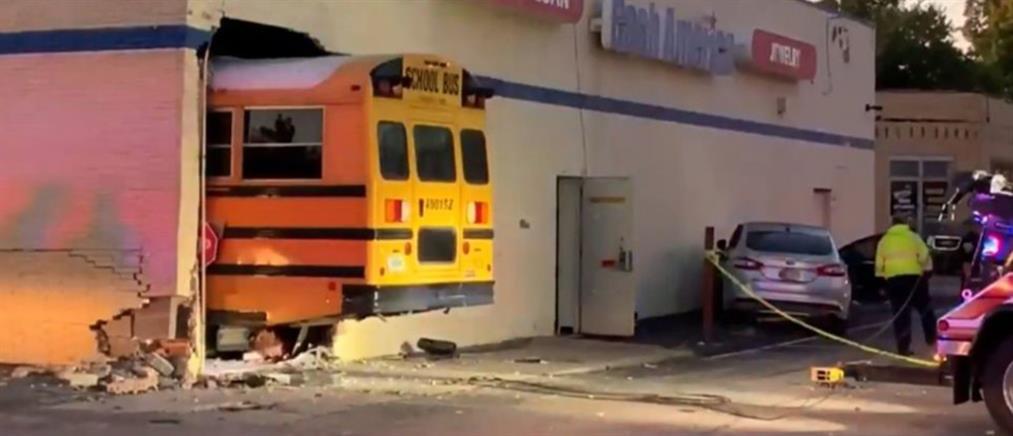 """Σχολικό γεμάτο μαθητές """"μπούκαρε"""" σε κατάστημα (βίντεο)"""