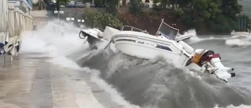 Τεράστια κύματα πετούν με ορμή στην στεριά σκάφη στην Επίδαυρο (βίντεο)