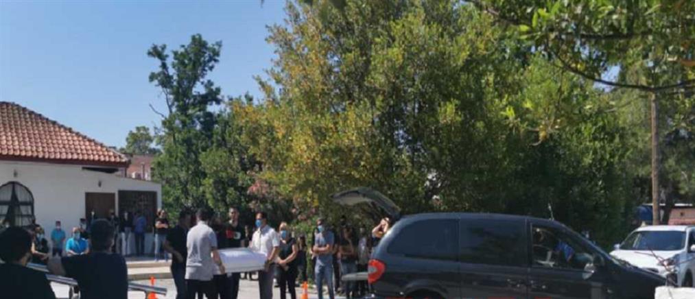 Τραγωδία στα Μάλγαρα: θρήνος στην κηδεία του βρέφους που έπεσε σε βόθρο