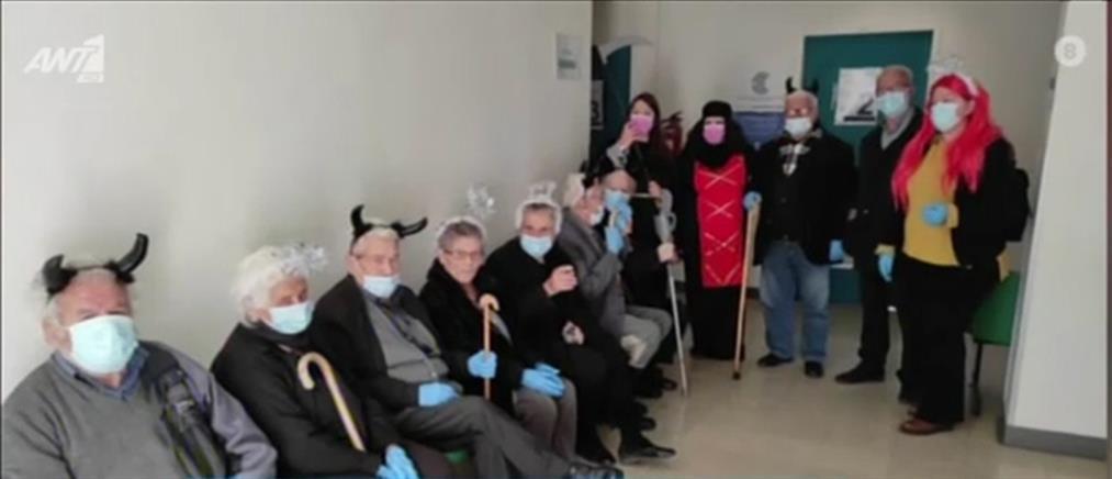 Ντύθηκαν μασκαράδες και πήγαν για το εμβόλιο! (βίντεο)