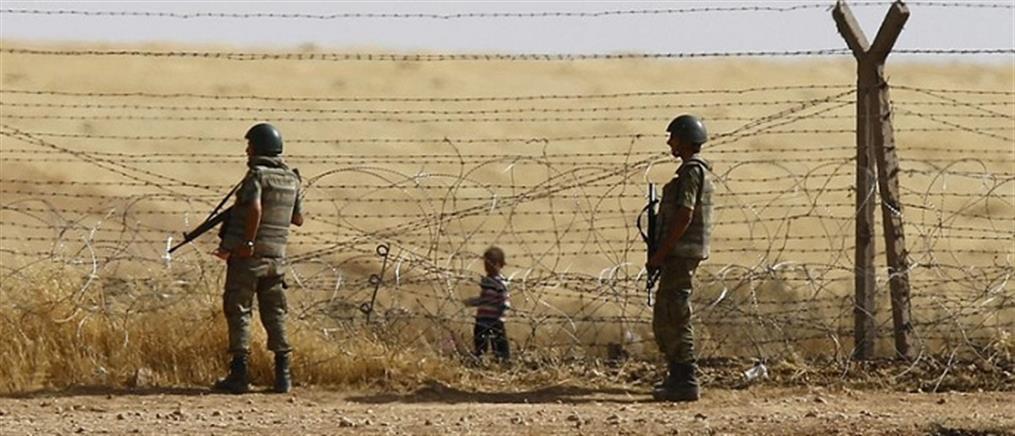 Εικόνες ντροπής: Τούρκοι στρατιώτες κακοποιούν Σύρους πρόσφυγες (βίντεο)