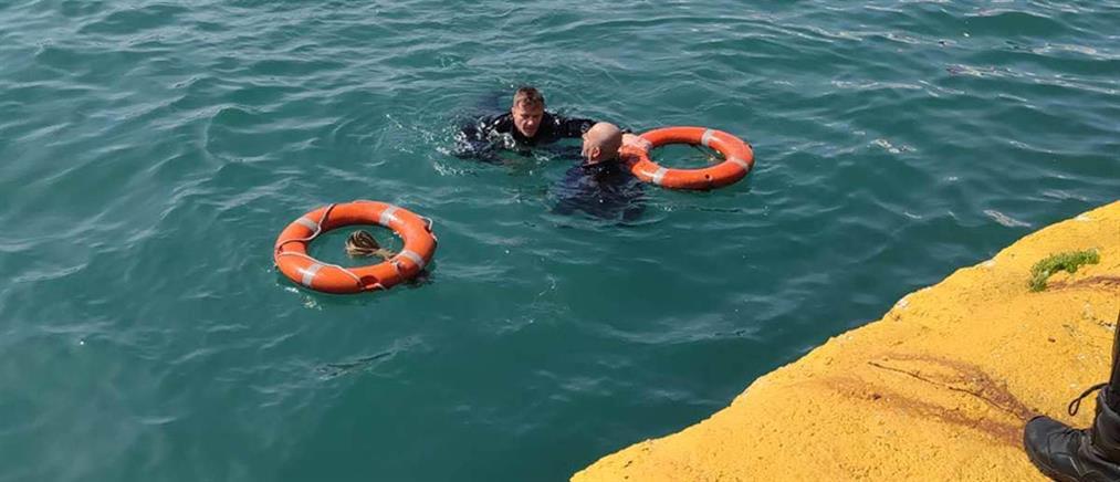 Αστυνομικοί έσωσαν οδηγό που έπεσε με το ταξί στο λιμάνι του Πειραιά (εικόνες)