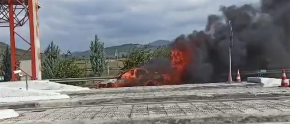 Φωτιά σε αυτοκίνητο στα διόδια (βίντεο)