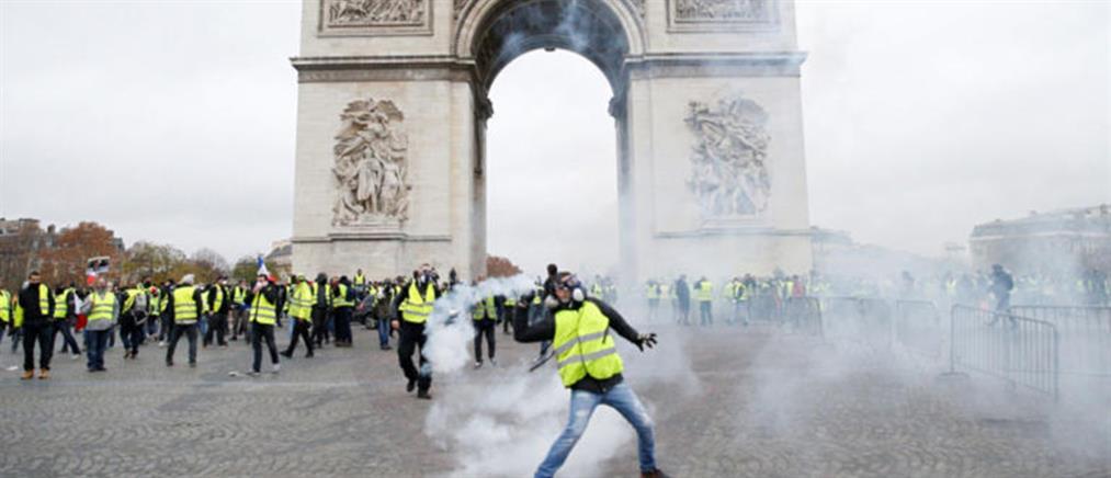 """""""Κίτρινα γιλέκα"""": Μορατόριουμ στην αύξηση των τιμών στα καύσιμα επιβάλλει η γαλλική κυβέρνηση"""
