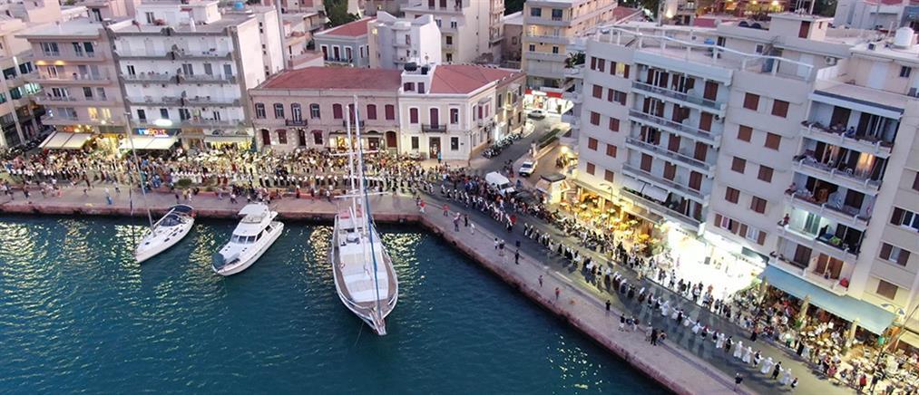 """Ανθρώπινη """"αλυσίδα"""" χορού… αγκάλιασε το λιμάνι της Χίου (εικόνες)"""