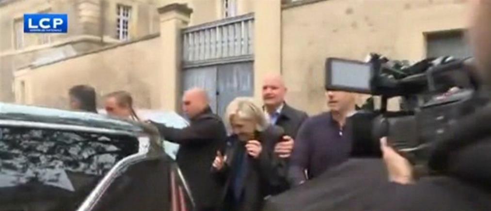 Αποδοκίμασαν και πέταξαν αντικείμενα στην Λεπέν (βίντεο)