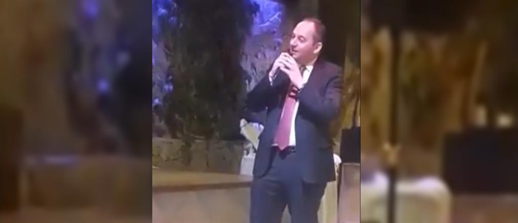 Ο Γιάννης Πλακιωτάκης τραγούδησε στην κοπή πίτας της ΝΟΔΕ Αγίου Νικολάου (βίντεο)