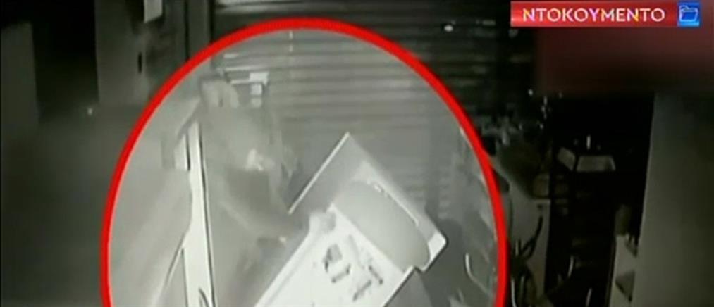 Βίντεο-ντοκουμέντο: Καρέ-καρέ η διάρρηξη σε μίνι μάρκετ (βίντεο)