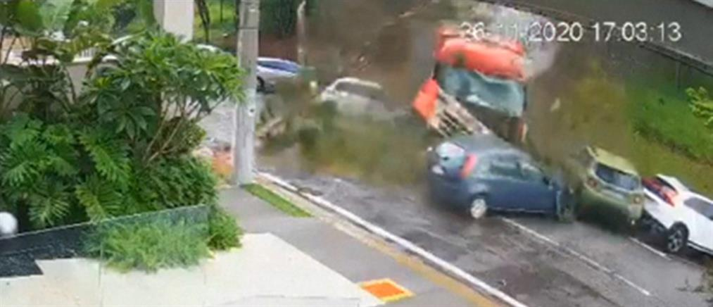 Φορτηγό παρασύρει σταθμευμένα αυτοκίνητα (βίντεο)