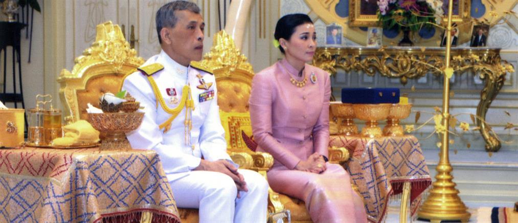 Η αεροσυνοδός που παντρεύτηκε τον βασιλιά της Ταϊλάνδης (εικόνες)