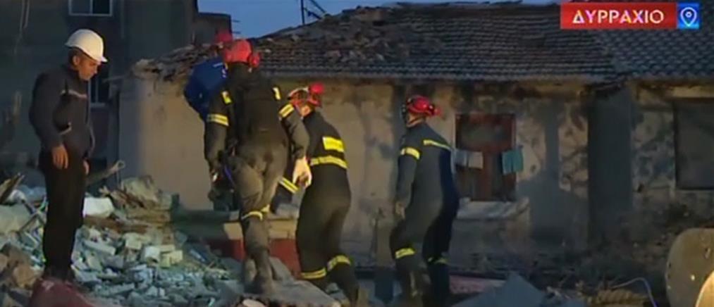 Αλβανία: Ηρωικές οι προσπάθειες των ανδρών της ΕΜΑΚ στα χαλάσματα (βίντεο)
