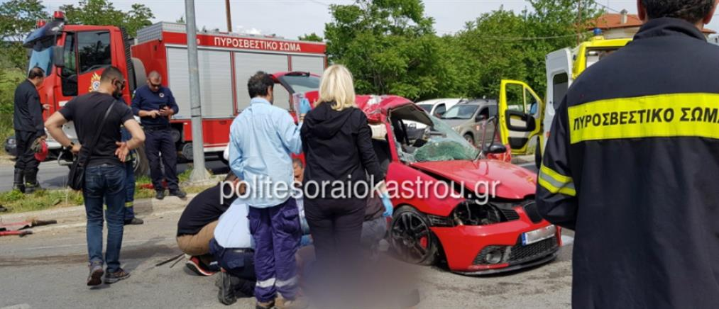 """Αυτοκίνητο """"καρφώθηκε"""" σε κολώνα φωτισμού (εικόνες)"""