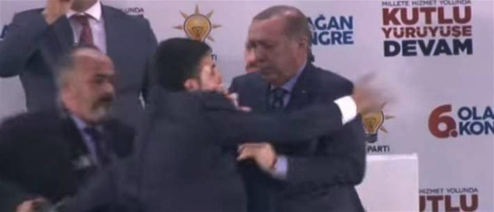"""""""Τρομοκρατική επίθεση"""" στον Ερντογάν από ….θαυμαστή του (βίντεο)"""