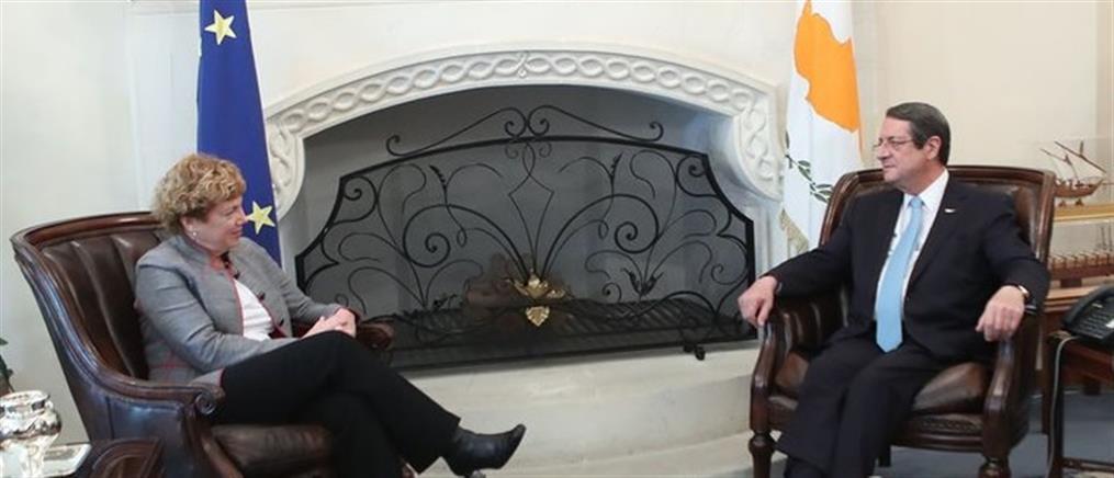 Μήνυμα στήριξης από τον Τραμπ μετέφερε η Πρέσβειρα των ΗΠΑ στον Αναστασιάδη