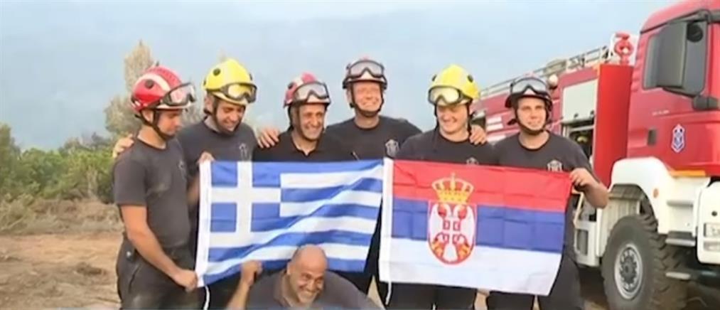 """Φωτιά στην Εύβοια: το """"ευχαριστώ"""" των κατοίκων στους ξένους πυροσβέστες (βίντεο)"""
