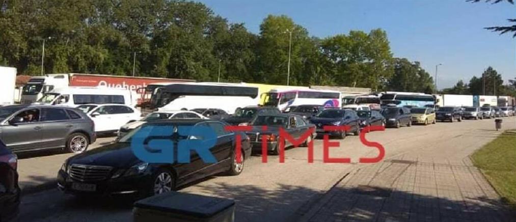 Κορονοϊός: Ουρές αυτοκινήτων και εντατικοί έλεγχοι στα σύνορα (εικόνες)