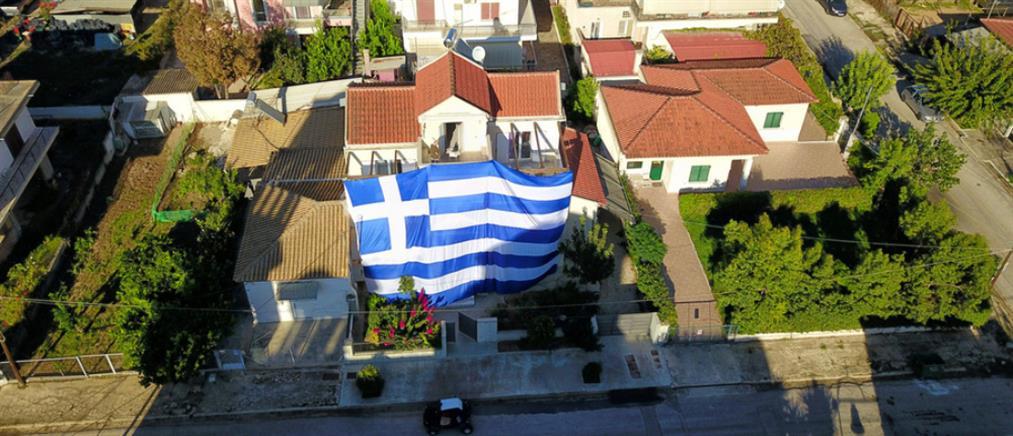 28η Οκτωβρίου: Σκέπασε το σπίτι του με τεράστια γαλανόλευκη σημαία (εικόνες)