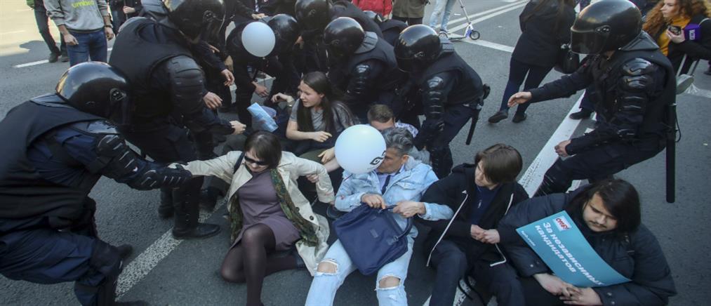 Δεκάδες συλλήψεις σε διαδήλωση εναντίον του Πούτιν (εικόνες)